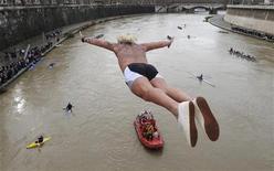 <p>da Ponte Cavour per il tradizionale tuffo di Capodanno nel Tevere. Almeno altri tre uomini si sono gettati quest'anno nel fiume della Capitale per onorare una tradizione che risale al 1946. REUTERS/Tony Gentile</p>