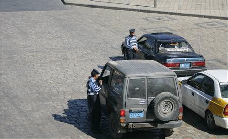 Traffic policemen inspects cars in the Yemeni capital Sanaa January 4, 2010. REUTERS/Khaled Abdullah