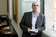 """<p>Escritor irlandês, Colm Tóibín após receber o mais rico prêmio da literatura por uma obra de ficção em Dublin, Irlanda, em 2006. Tóibín levou o Costa Book Awards na categoria de melhor romance nesta segunda-feira por """"Brooklyn"""", vencendo o aclamado """"Wolf Hall"""" de Hilary Mantel. REUTERS/Stringer</p>"""