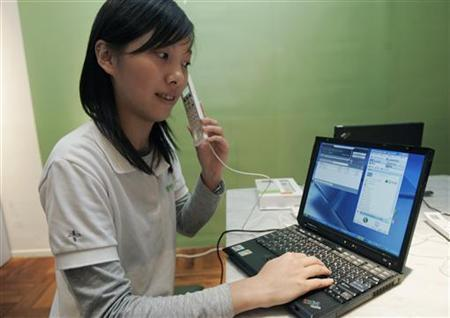 A model demonstrates a new IPEVO Free.2 Skype internet phone during a news conference in Taipei January 17, 2007. REUTERS/Richard Chung