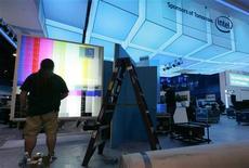 <p>Préparation du stand Intel au Consumer Electronic Show (CES) de Las Vegas. Le salon de l'électronique grand public qui se tient du 7 au 10 janvier à Las Vegas promet d'être le terrain des nouvelles batailles qui s'annoncent sur le front des technologies dans un contexte de reprise économique fragile. /Photo prise le 4 janvier 2010/REUTERS/Steve Marcus</p>