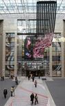 <p>L'Espagne a privilégié mardi une oeuvre consensuelle pour marquer le début de sa présidence de l'Union européenne, évitant la controverse suscitée il y a un an par la République tchèque. L'installation vidéo de l'artiste Daniel Canogar consiste en un écran LED de plus de 30 mètres de long, montrant, en plongée, des personnes se déplaçant. /Photo prise le 5 janvier 2010/REUTERS/Thierry Roge</p>