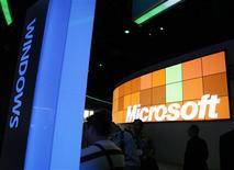 <p>Aduc, une association de consommateurs italiens compte déposer une plainte en nom collectif contre Microsoft pour les usagers d'ordinateurs équipés de Windows qui ne souhaitaient pas disposer du système d'exploitation. /Photo d'archives/REUTERS/Rick Wilking</p>