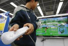 <p>Un niño juega con la consola Wii de Nintenco Co en una tienda en Tokio, 5 ene 2009. La japonesa Nintendo Co Ltd dijo el martes que las ventas en Estados Unidos de su consola de videojuegos Wii registraron niveles máximos en diciembre, lo que desafió los temores del mercado de que el producto había perdido impulso. El presidente de Nintendo, Satoru Iwata, dijo en una entrevista con Reuters que las ventas de la consola se recuperaron, tras desacelerarse a comienzos del año pasado, debido a una serie de nuevos juegos y un recorte de precios. REUTERS/Toru Hanai</p>