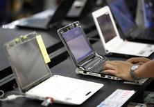 <p>Nell'immagine di archivio alcuni netbook. REUTERS/Nicky Loh</p>