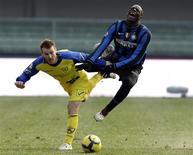 <p>Marcio Balotelli do Inter de Milão (dir.) desafia Michele Marclini do Chievo, durante jogo da Série A no estádio de Betegodi em Verona, no dia 6 de janeiro. A Inter de Milão venceu o Chievo por 1 x 0 nesta quarta-feira. REUTERS/Stefano Rellandini</p>