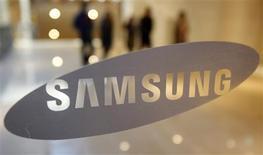 <p>Samsung Electronics fait état de prévisions solides pour 2010, ce qui augure d'une année prometteuse pour le secteur de l'électronique grand public. Samsung espère que les ventes de ses téléviseurs à écrans plats augmenteront de près de 30%, à 35 millions d'unités, cette année par rapport à l'an dernier. /Photo prise le 7 janvier 2010/REUTERS/Jo Yong-Hak</p>