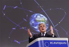 <p>Le commissaire européen aux Transports Antonio Tajani. La Commission européenne a sélectionné l'allemand OHB pour la fabrication de 14 satellites du système de navigateur Galileo, le futur GPS européen et Arianespace pour les lancer. /Photo prise le 7 janvier 2010/REUTERS/François Lenoir</p>
