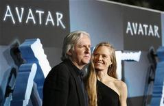 """<p>Diretor James Cameron e sua esposa Suzy Amis no tapete vermelho da pre-estréia de """"Avatar"""" em Hollywood REUTERS/Mario Anzuoni</p>"""