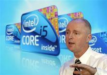 """<p>Sean Maloney, vicepresidente ejecutivo y co-director general del grupo IAG de Intel Corporation, durante la presentación de una nueva línea de procesadores """"Core"""" en la Feria de Consumo de la industria en Las Vegas, EEUU, ene 7 2010. Intel Corp lanzó el jueves una nueva serie de microprocesadores para mantener su liderazgo en la industria de las computadoras personales, mientras se prepara para una alza de la demanda. REUTERS/Steve Marcus</p>"""