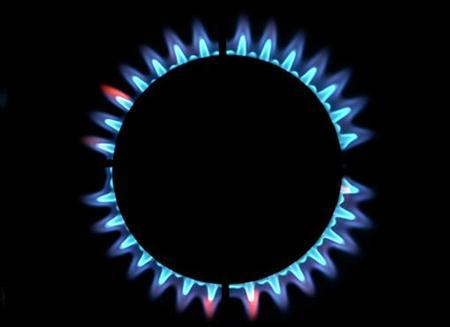 Gas burns from a ring on a domestic cooker in a home in Manchester, February 13, 2006. REUTERS/STR