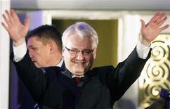 <p>Представитель оппозиционной Социал- демократической партии Хорватии Иво Йосипович приветствует своих сторонников в предвыборном штабе в Загребе 10 января 2010 года. Представитель оппозиционной Социал- демократической партии Иво Йосипович одержал убедительную победу на президентских выборах в Хорватии, состоявшихся в воскресенье. REUTERS/Nikola Solic</p>