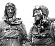 <p>Британский альпинист сэр Эдмунд Хиллари (слева) и шерпа Тенцинг Норгей просле покорения Эвереста в Катманду. 11 января 2008 года в возрасте 88 лет скончался сэр Эдмунд Хиллари, в 1953 году первым покоривший высочайшую вершину мира - Эверест. REUTERS/Picture Norgay Archive/Handout</p>