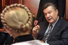 <p>Лидер украинской оппозиции Виктор Янукович (справа) на встрече с премьер-министром страны Юлией Тимошенко в Киеве 25 декабря 2007 года. Один из наиболее вероятных победителей на президентских выборах на Украине экс-премьер Виктор Янукович отказался от предложения своего оппонента, главы правительства Юлии Тимошенко провести теледебаты в прямом эфире в канун первого тура выборов 17 января. REUTERS/Pool</p>