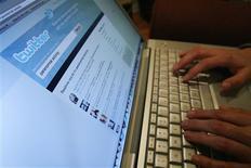 <p>Foto do dia 13 de outubro mostra uma página do Twitter na tela de um laptop em Los Angeles em 2009. O Twitter, serviço de microblogs muito popular mas ainda deficitário, está contratando engenheiros e especialistas que ajudarão a tirá-lo do vermelho, (Foto Arquivo Reuters) REUTERS/Mario Anzuoni</p>