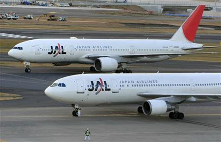 Japan Airlines' airplanes are seen at Haneda airport in Tokyo January 8, 2010. REUTERS/Kim Kyung-Hoon