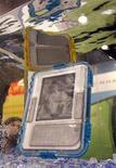 <p>Dois leitores eletrônicos Kindle protegidos por capas M-Edge são submersos em água no International Consumer Electronics Show em Las Vegas, Nevada, no dia 8 de janeiro. O Kindle, da Amazon, popularizou os leitores digitais e galvanizou um mercado estimado em alguns milhões de aparelhos ao ano. REUTERS/Steve Marcus</p>