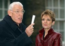 """<p>Foto de archivo de la esposa del primer ministro de Irlanda del Norte, Iris Robinson, durante una conferencia de prensa el líder del Partido Unionista Democrático irlandés, Ian Paisley en Londres, dic 15 2003. La relación extramarital de Iris Robinson, esposa del primer ministro de Irlanda del Norte, inspiró una campaña en internet para impulsar """"Mrs Robinson"""", canción de la película """"The Graduate"""", a la cima del ránking pop británico. REUTERS/Stringer UK</p>"""