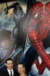 """<p>Foto de archivo del actor Tobey Maguire y su pareja, Jennifer Meyer, durante el estreno del filme """"Spiderman 3"""", en el Festival de Cine de Tribeca en Nueva York, abr 30 2007. Sony Pictures y Marvel Studios señalaron el lunes que atrasarán un año una cuarta película de su multimillonaria franquicia """"Spider-Man"""", para regresar en el 2012 con una historia, director y elenco nuevos. REUTERS/Lucas Jackson</p>"""