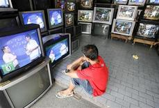 <p>An employee watches a program inside an appliance store selling second-hand television in Manila July 4, 2008. REUTERS/Cheryl Ravelo</p>
