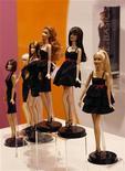 """<p>Muñecas Barbie son exhibidas en una sala de ventas de Mattel en Hong Kong, 12 ene 2010. Mattel, el mayor fabricante de juguetes del mundo, dijo que ha visto fuertes ventas de su éxito navideño, la muñeca """"Fashionista Barbie"""", luego de una reciente renovación de su producto insignia. La compañía de Estados Unidos, entre cuyos productos también están los autos Hot Wheels y los juguetes Fisher-Price, ha vendido """"más de cientos de miles"""" de """"Fashionista Barbie"""", dijo el martes a Reuters Stephanie Cota, vicepresidente de mercadeo de Barbie. REUTERS/Bobby Yip</p>"""
