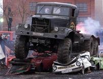 <p>Каскадеры за рулем армейского грузовика на показательных выступлениях в Москве 3 декабря 2000 года. Мэрия Москвы с 1 апреля 2010 года полностью запретит въезд грузовиков в центр города днем, сообщил представитель мэрии. REUTERS/Sergei Karpukhin</p>