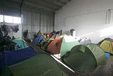 <p>Лагерь нелегальных иммигрантов на бывшей ферме в предместьях Розарно 9 января 2010 года. Полиция арестовала 12 подозреваемых мафиози в городе Розарно на юге Италии, ставшем ареной столкновений между местным населением и иммигрантами на прошлой неделе. REUTERS/Antonino Condorelli</p>