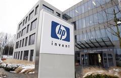 """<p>El logo de HP a las afueras de la sede de la compañía Hewlett-Packard en Diegem, Bélgica, ene 12 2010. Microsoft y Hewlett-Packard anunciaron el miércoles una sociedad para integrar programas y equipos para las empresas que quieren gestionar aplicaciones y almacenar información en centros de datos remotos a los que se accede por internet, lo que se conoce como """"computación en nube"""". REUTERS/Thierry Roge</p>"""
