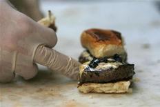 <p>L'hamburger è uno dei cibi sotto accusa nello studio australiano pubblicato sull'American Journal of Psychiatry. REUTERS/Mario Anzuoni</p>