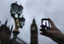 <p>A Google employee holds up a mobile phone to demonstrate how the new Goggles application recognises Big Ben as seen from Westminster Bridge in central London December 7, 2009. REUTERS/Andrew Winning</p>