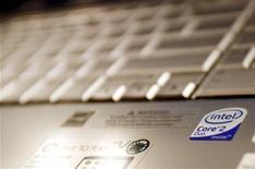 <p>Foto de archivo del logo de Intel Corp en un ordenador portátil en Nueva York, mayo 13 2009. Intel Corp reportó el jueves un aumento del 28 por ciento de sus ingresos del cuarto trimestre, y proporcionó previsiones financieras que superaron las expectativas de Wall Street, lo que impulsaba un alza de las acciones del fabricante de microprocesadores. REUTERS/Shannon Stapleton</p>