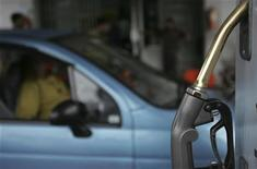 <p>A motorist waits to be served at a petrol station in Bangladesh, October 27, 2008. REUTERS/Andrew Biraj</p>
