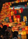 <p>Evento in memoria al bombardamento di Hiroshima, 64esimo anniversario. Foto del 6 agosto 2009. REUTERS/Issei Kato</p>