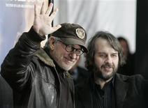 """<p>O produtor-executivo Steven Spielberg e o diretor Peter Jackson comparecem à estreia do seu filme """"Um olhar do paraíso"""" em Hollywood no dia 7 de dezembro de 2009. O próximo filme deSpielberg será um documentário para a televisão sobre a reconstrução do World Trade Center de Nova York, destruído nos ataques de 11 de setembro de 2001. (Foto Arquivo Reuters) REUTERS/Jason Redmond</p>"""