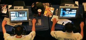 <p>Les jeux vidéo, équipements et logiciels confondus, ont enregistré une hausse de leurs ventes de 4% aux Etats-Unis en décembre pour atteindre un record de 5,5 milliards de dollars, selon l'institut de NPD, le secteur finissant l'année 2009 sur une note optimiste. /Photo d'archives/REUTERS</p>