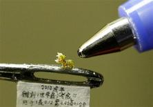 <p>A miniature resin figurine of a tiger, which is about 0.12cm (0.05 inches) long and 0.1cm (0.04 inches) high, is displayed on a needle in Taipei January 17, 2010. REUTERS/Pichi Chuang</p>