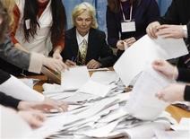 <p>Члены местной избирательной комиссии на избирательном участке в Киеве 17 января 2010 года. Премьер Юлия Тимошенко и лидер оппозиции Виктор Янукович вышли во второй тур выборов президента Украины, результаты которого определят те, кто в минувшее воскресенье голосовал против них. REUTERS/Gleb Garanich</p>