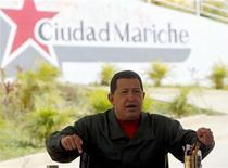 """<p>Президент Венесуэлы Уго Чавес выступает на еженедельной передаче """"Алло, президент"""" 17 января 2010 года. Президент Венесуэлы Уго Чавес объявил о национализации сети супермаркетов, подконтрольной французской компании Casino, обвинив ее в завышении цен после девальвации венесуэльского боливара. REUTERS/Miraflores Palace/Handout</p>"""
