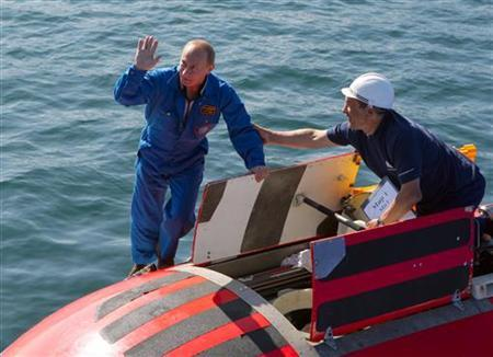 Russia's Prime Minister Vladimir Putin (L) waves onboard the ''Mir-2'' mini-submersible at Lake Baikal, August 1, 2009. REUTERS/RIA Novosti/Kremlin/Alexei Druzhinin