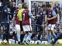 <p>A destra Stiliyan Petrov dell'Aston Villa e Junior Stanislas del West Ham United a Birmingham. REUTERS/Darren Staples</p>