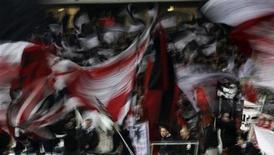 """<p>Болельщики """"Франкфурта"""" размахивают флагами во время матча против """"Майнца"""" в Франкфурте-на-Майне 5 декабря 2009 года.Клуб второй Бундеслиги """"Франкфурт"""" с юмором отнесся к ошибке судьи, засчитавшего гол, которого не было, во время матча на прошлой неделе против """"Дуйсбурга"""", проигранного со счетом 5-0. REUTERS/Johannes Eisele</p>"""