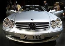 """<p>Посетители проходят мимо автомобиля Mercedes Benz SL 500 во время авто-шоу в Гамбурге 31 июля 2001 года. Самарские налогоплательщики могут спать спокойно: если на Москву обрушится цунами или город зальет кипящей лавой с ближайшего вулкана, то за потерю """"мерседеса"""" представительства области заплатит Росгосстрах. CHA/JOH</p>"""