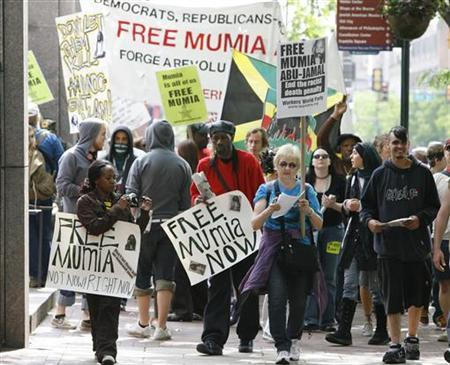 Protestors march outside the federal courthouse during the appeal of convicted murderer Mumia Abu Jamal in Philadelphia, May 17, 2007. REUTERS/Tim Shaffer
