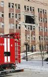 <p>Полуразрушенное здание больницы в Луганске 18 января 2010 года. Число погибших в результате взрыва кислородного баллона в реанимационном отделении городской больницы на востоке Украины выросло до шестнадцати человек, сообщило Министерство чрезвычайных ситуаций. REUTERS/Dmitriy Potapov</p>