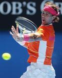 <p>O espanhol Rafael Nadal rebate jogada do slovaco Lukas Lacko durante jogo do Aberto da Austrália em Melbourne. Nadal derrotou Lacko com um triplo 6-2, demonstrando boa forma física. REUTERS/Tim Wimborne 20/01/2010</p>