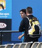 <p>O tenista brasileiro Marcos Daniel é repreendido após bate-boca com uma torcedora no Aberto da Austrália. Daniel foi absolvido da acusação de agressão por falta de provas. REUTERS/Tim Wimborne 19/01/2010</p>