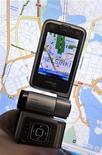 <p>Смартфон Nokia N93i, показывающий мобильную карту Хельсинки. 13 октября 2009 года. Nokia предложит бесплатные навигационные услуги на своих смартфонах по всему миру, следуя за Google, уже предоставляющей такие услуги в Северной Америке, сообщила газета San Francisco Chronicle, ссылаясь на финскую компанию. LEHTIKUVA/Kimmo Mantyla</p>