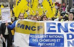 <p>Рабочие на демонстрации протестуют против безработицы в Париже 5 декабря 2009 года. Рабочие, требующие увеличения выплат по увольнению, задержали на ночь четырех менеджеров шведской сталелитейной компании Akers на заводе в центральной Франции. REUTERS/Gonzalo Fuentes</p>