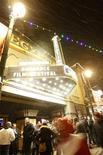 """<p>Люди собираются перед """"Египетским театром"""" на открытии кинофестиваля """"Сандэнс"""" в Парк-Сити, Юта 21 января 2010 года. В минувший четверг в США международный фестиваль независимого кино """"Сандэнс"""" открылся сразу двумя премьерами - байопиком Аллена Гинзберга """"Вопль"""" и документальной лентой """"Рестрепо"""". REUTERS/Mario Anzuoni</p>"""