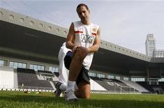 """<p>Защитник """"Манчестер Юнайтед"""" Рио Фердинанд тянет мышцы на тренировке в Дохе 14 января 2010 года. Защитник """"Манчестер Юнайтед"""" Рио Фердинанд, из-за травмы пропустивший последние три месяца, может вернуться на поле в матче против """"Халл Сити"""" в эту субботу, сказал тренер """"МЮ"""" Алекс Фергюсон. REUTERS/Fadi Al-Assaad (QATAR - Tags: SPORT SOCCER)</p>"""